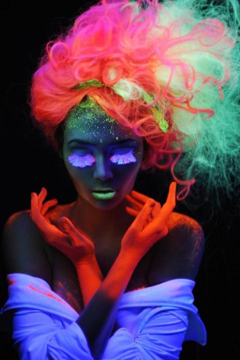 Новый взгляд на красоту: радужные волосы, которые могут светиться в темноте
