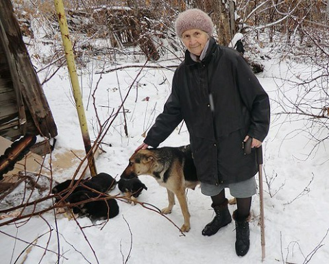 Саратовская фронтовичка, спасенная на войне собакой, не бросила в беде щенка