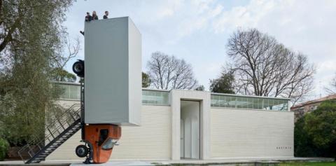 Российский грузовик стал экспонатом выставки современного искусства в Венеции
