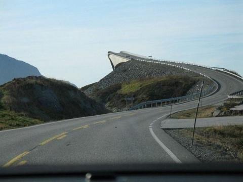 """Мост """"Storseisundet bridge"""" В Норвегии построен таким образом, что под определенным углом, когда вы приближаетесь к нему, создается иллюзия того, что моста вовсе нет, а то, что вы видите, скорее похоже на огромный трамплин."""