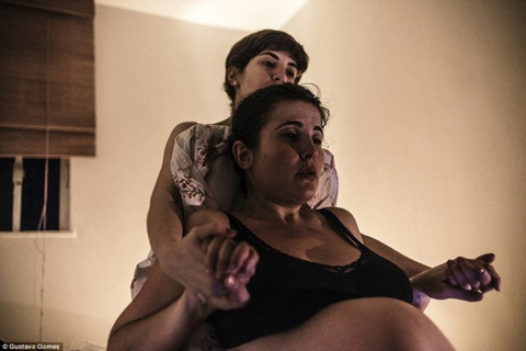 Фотограф заснял родовые схватки своей девушки