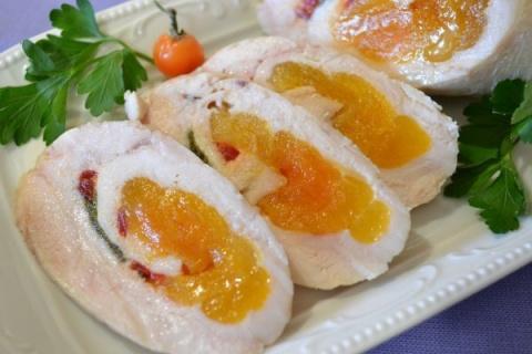 Куриные колбаски-рулетики с курагой.  Вкусное сочное мясо! Прекрасно подойдут для всех случаев: от завтрака до праздничного стола!