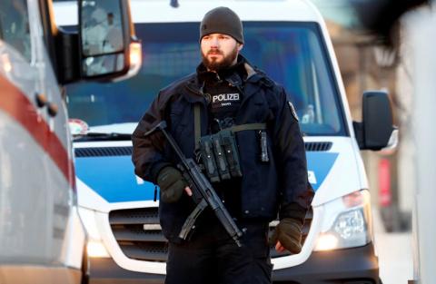 СМИ: В Германии беженец изнасиловал девушку на глазах у её парня