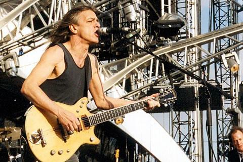 Умер Малькольм Янг: 10 фактов о легендарном основателе AC/DC