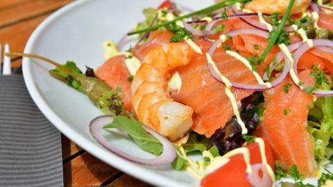 Салат из лосося и креветок