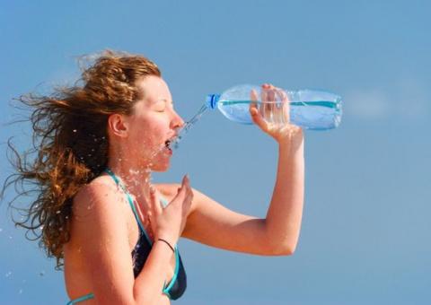 Британские учёные доказали, что бабы не умеют пить воду