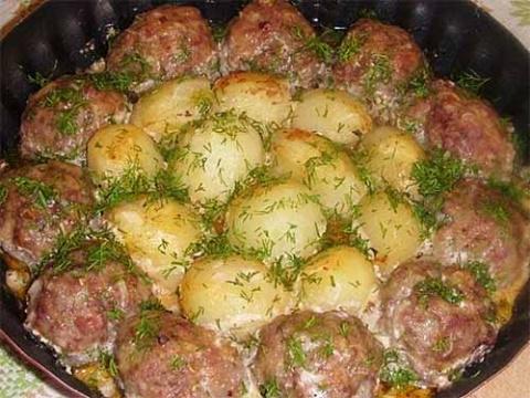 котлеты с картошкой в томатно-сметанном соусе