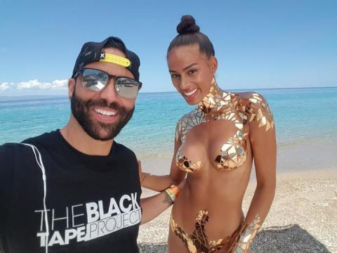 Новинка пляжного сезона: на Гаити показали «золотой» нано-купальник