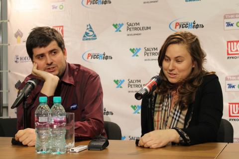 Свидлер и Полгар на после матчевой конференции, Кубок Мира ФИДЕ по шахматам, Ханты-Мансийск, 2011