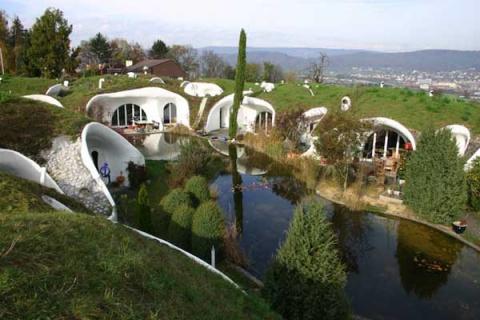 Необычный поселок из подземных домов в Швейцарии