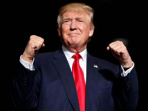 Трамп послал к мамочке американского активиста с флагом СССР