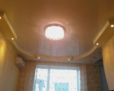 Натяжной с подвесным потолок в зале