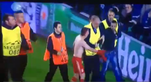 Рибери отдал футболку выбежавшему  на поле фанату.