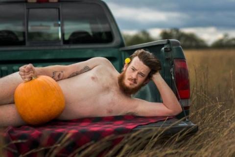 Муж устроил смешную фотосессию для своей жены прямо посреди поля и результат вас не разочарует