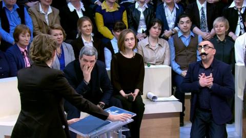 Шейнин встал на колени перед Собчак, устроив «президентское шоу» в прямом эфире