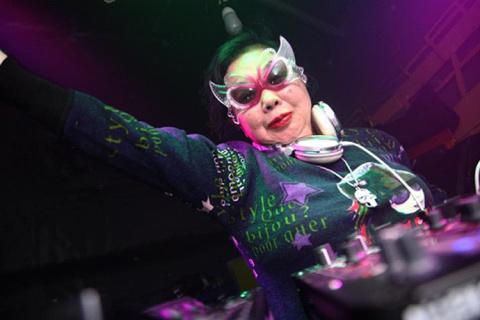 82-летняя звезда японских танцполов