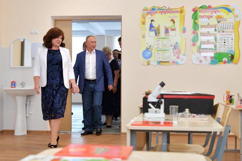 Путин и Медведев посетили школу в Севастополе