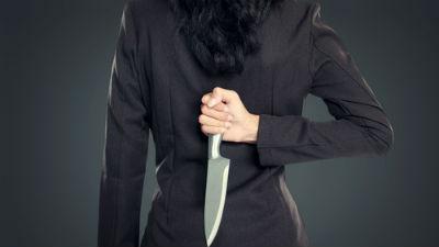 Женщина напала с ножом на че…