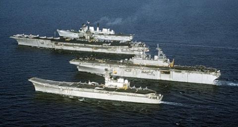 США перемещает две авианосных ударных группы в Южно-Китайское море.