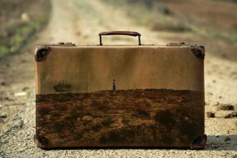 """Прошлое - чемодан с ручкой. """"Memory Suitcases"""" - ностальгическая серия картин от Yuval Yairi"""