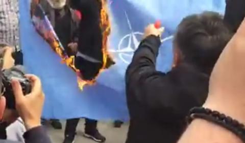 В Черногории публично сожгли флаг НАТО