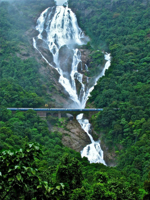 Железная дорога под водопадо…