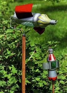 Украшаем сад поделками из пластиковых бутылок
