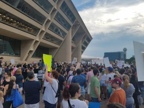 Жители Техаса устроили митинг против расизма и радикальных течений