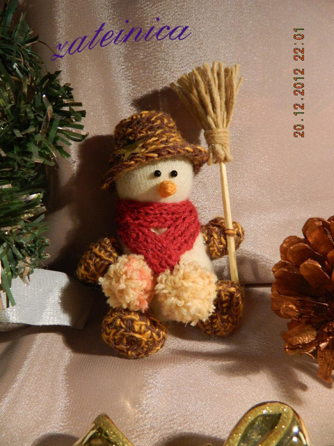 снеговички из детских варежек