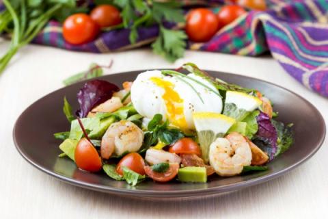 Салат с креветками, авокадо …