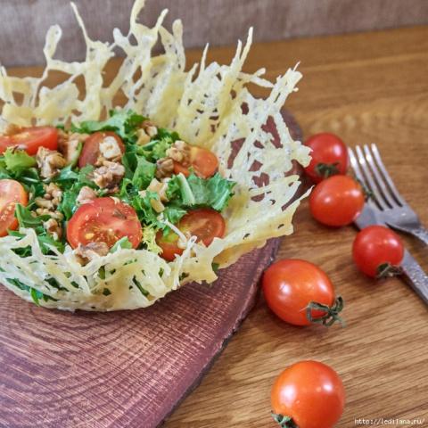Салат из фризе и рукколы с орехом в сырной корзинке