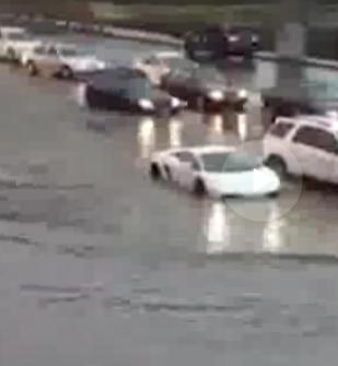 Lamborghini проехался по глубокой луже