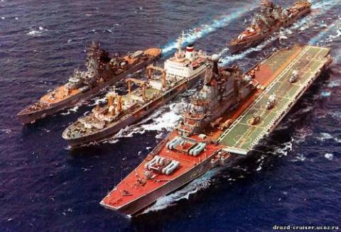 """Советский авианесущий крейсер """"Киев"""" с кораблями сопровождения"""
