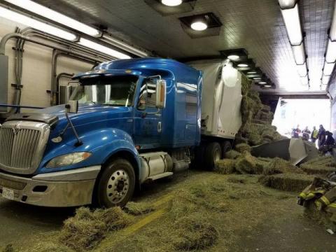 В Алабаме тягач с сеном застрял в туннеле