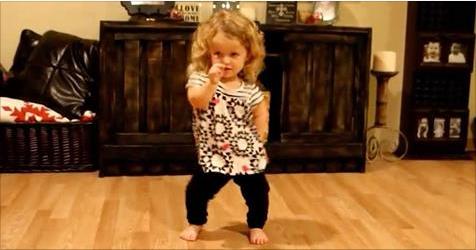 Малышка красиво танцует под …