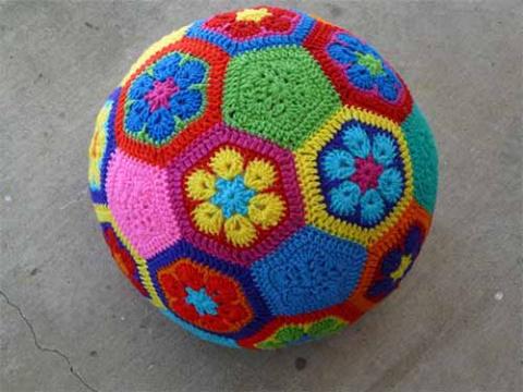 Яркий мяч из мотивов