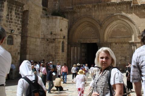 Людмила Картуз (Глазова) у храм Воскресения Христова в Иерусалиме