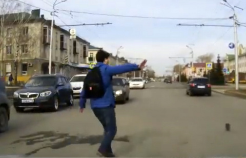 В Татарстане подросток спас из-под колёс машины котёнка