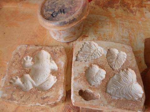 Берем кусок глины исмачивая доводим до состояния мягкого пластелина .И начинается декорирование кашпо.Раскатываем тоненькие колбаски для веточек.Готовим подходящие формочки из гипса.а