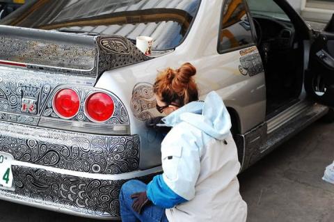 Этот парень разрешил своей жене-художнице разрисовать его Nissan Skyline GTR, простым черным маркером
