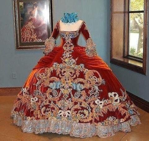 Помпезность и шарм в платьях…