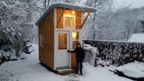 Мальчик сам построил свое собственное мини-жилище на заднем дворе!