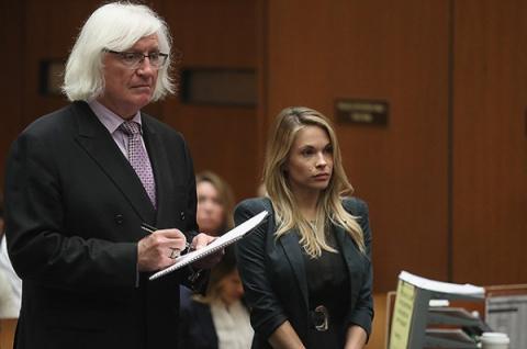Жуткая фотография из душа, за которую девушка попала в суд.