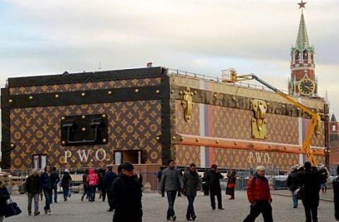 «А ну-ка убери свой чемоданчик!» .. Louis Vuitton с Красной площади