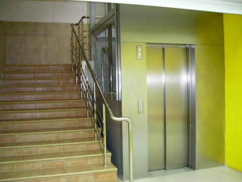Девушка застряла в лифте, вд…