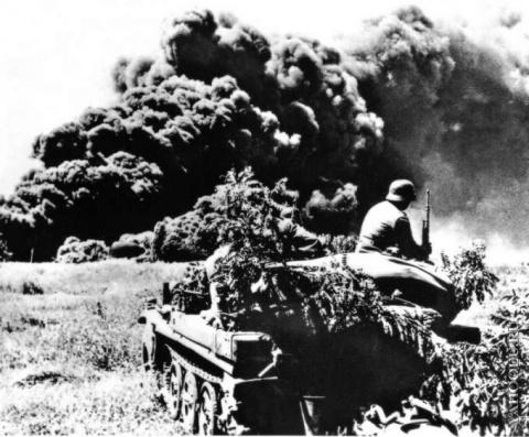 Немцы медитируют на горящие нефтяные поля Майкопа.