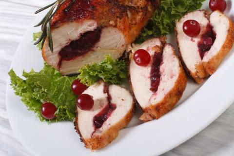 Рецепты на Новый год: Рулет из индейки с клюквой