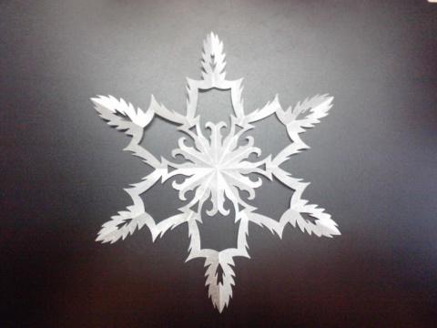 Вырезаем снежинки