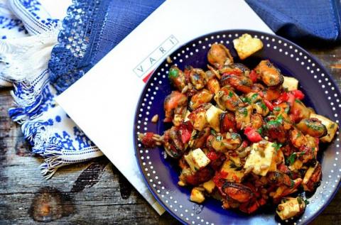 Тёплый салат с мидиями и брынзой