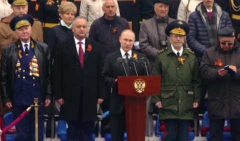 Владимир Путин поздравил соотечественников с Днем Победы